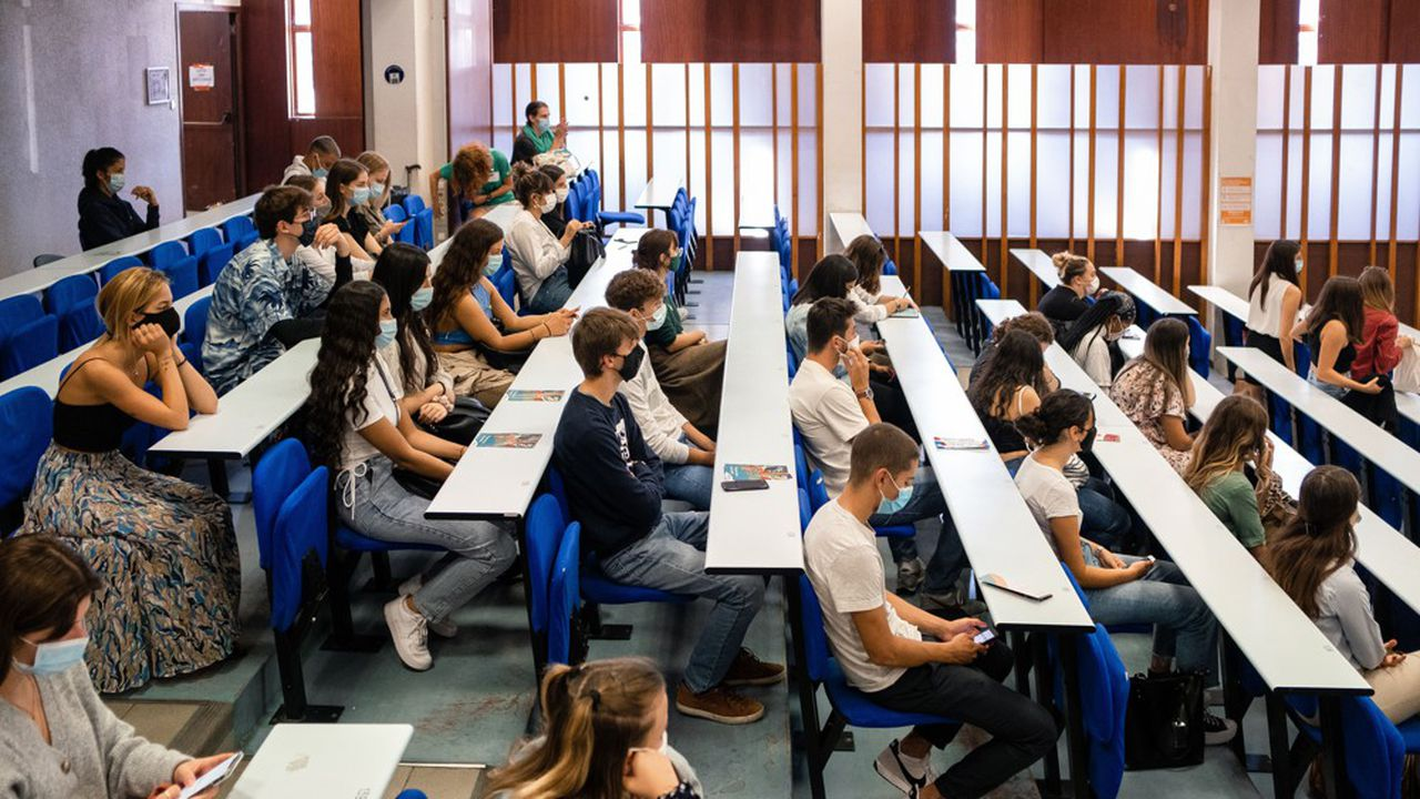 «Quand on interroge les étudiants sur leurs cas contacts, c'est plutôt des contaminations hors établissements que dans les établissements, et donc majoritairement et probablement liées à des activités extra-universitaires», affirme la ministre de l'Enseignement supérieur, Frédérique Vidal.