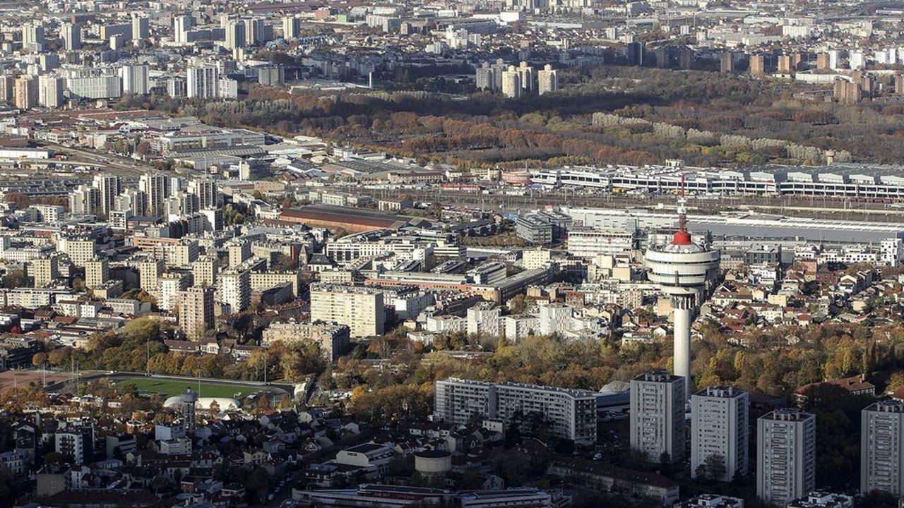 Comme d'autres villes de la banlieue parisienne, Romainville, siège du territoire Est-Ensemble, a dû gérer le remplacement de l'industrie par des services.