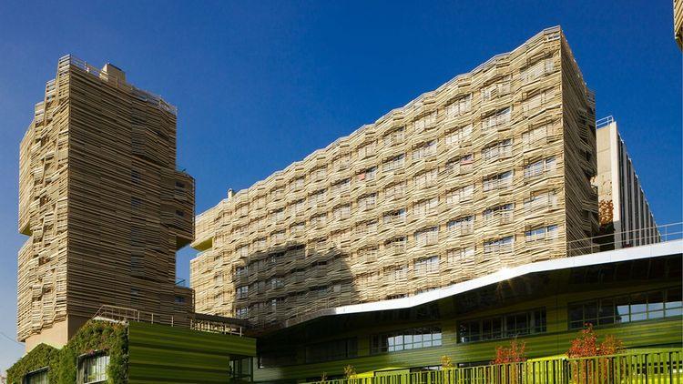 Immeubles avec façade en bois (chantiers du projet Clichy Batignolles) dans le quartier des Batignolles à Paris 17e.