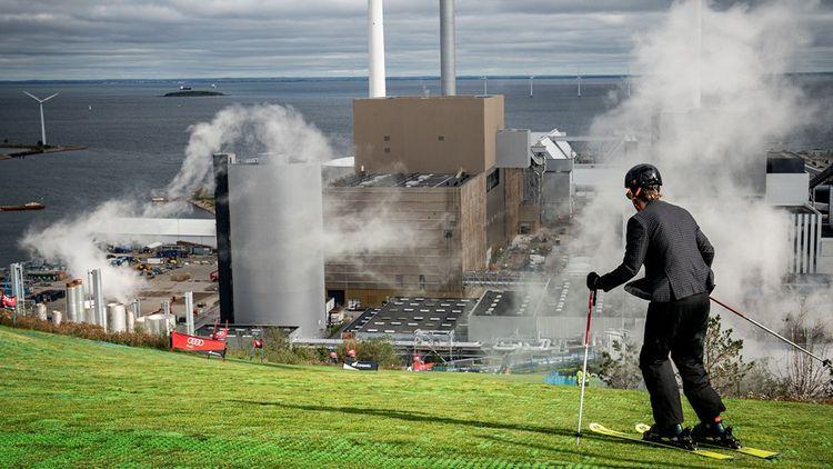 L'usine d'incinération de Copenhague a construit trois pistes de ski sur son toit.