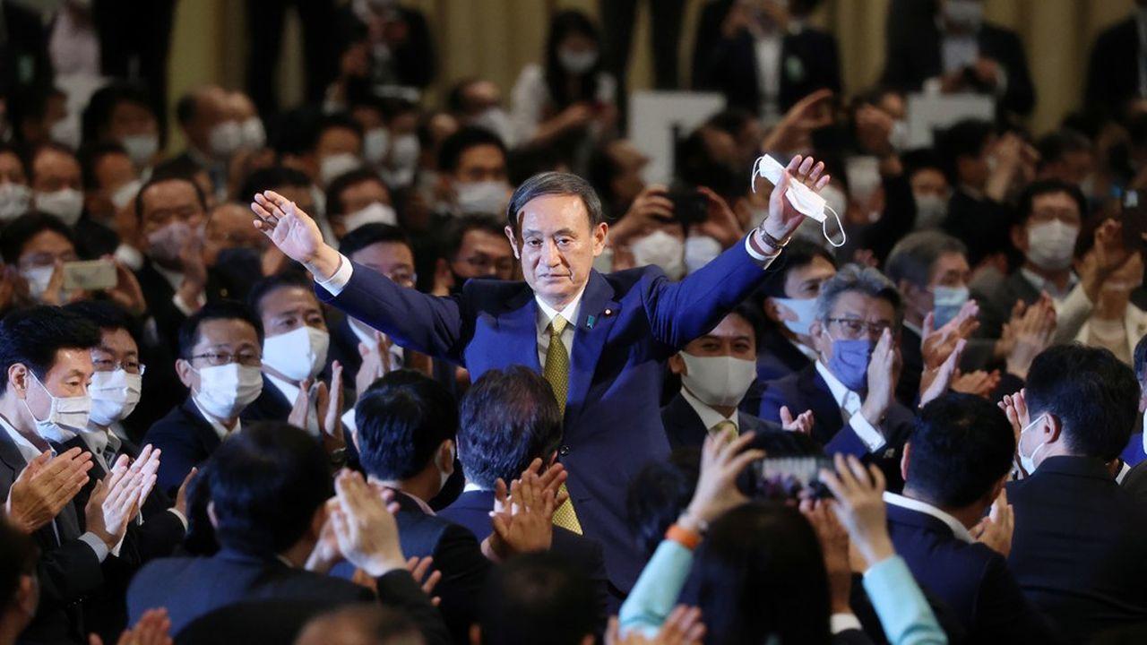 V de la victoire pour Yoshihide Suga, élu à la tête du Parti libéral démocrate, deux jours avant d'être nommé Premier ministre du Japon.