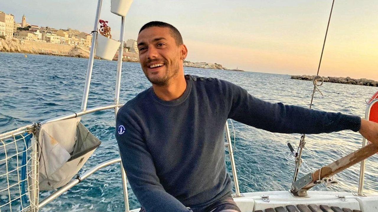 Charlie Correard, 32 ans, habite à l'année sur un bateau dans le Vieux-Port de Marseille.