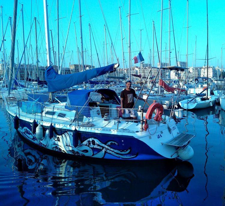 Charlie Correard vit sur un bateau de dix mètres de long sur un peu plus de trois mètres de large, datant de 1986