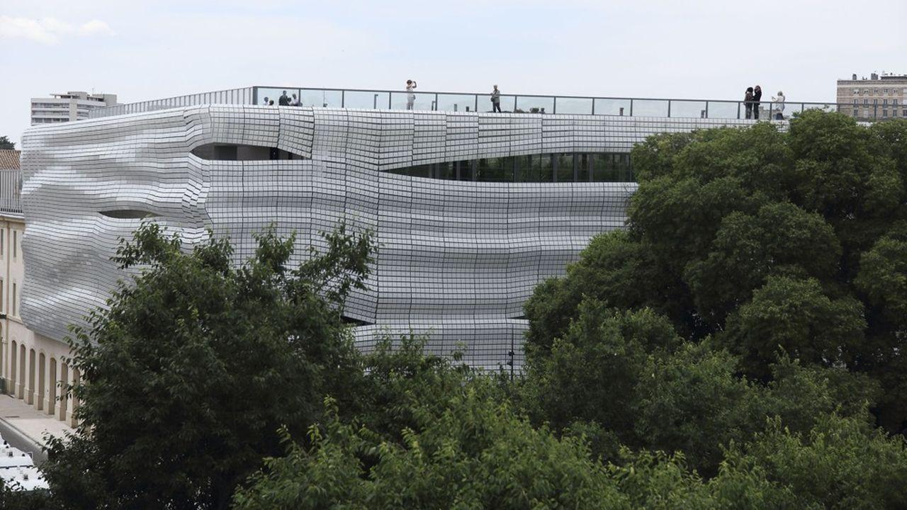 Le musée, situé face aux arènes de Nimes, a été conçu par l'architecte Elizabeth de Portzamparc.