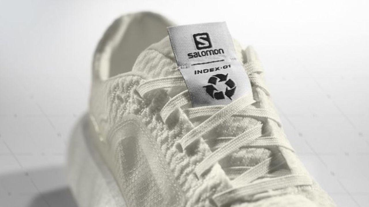 La chaussure est faite d'une tige en polyester recyclé et d'un bloc semelle en polyuréthane thermoplastique.