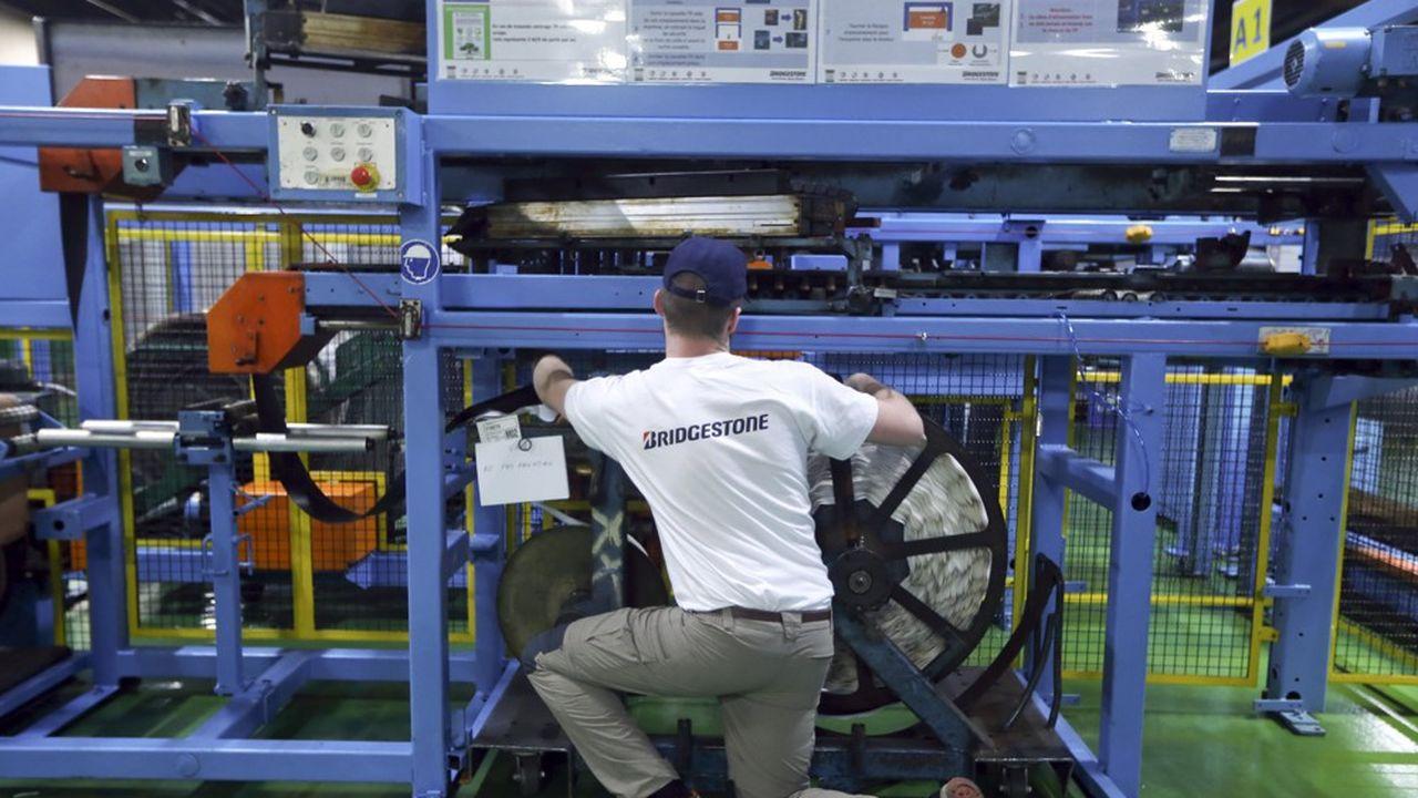 Atelier assemblage de pneumatiques sur le campus des métiers mis en place dans l'enceinte de l'usine Bridgestone.