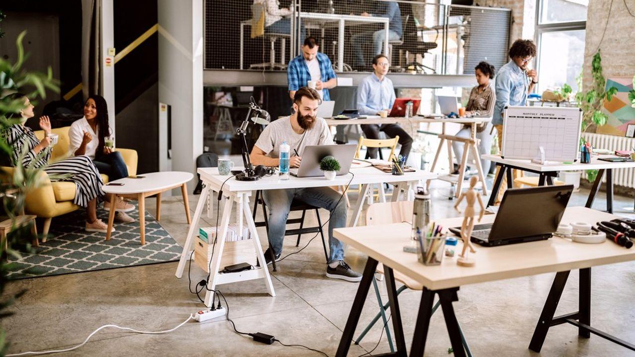 Un groupe de freelances dans un espace de coworking