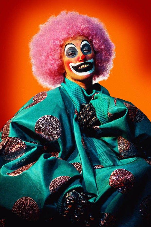 Untitled #414 (« Clowns », 2003). Cindy Sherman utilise les technologies numériques pour concevoir ses fonds aux couleurs criardes et accentuer jusqu'à l'outrance les effets de ses clichés.