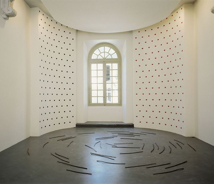 Oeuvre de Niele Toroni, Empreintes de pinceau n°50 répétées à intervalles réguliers (30 cm) (2000), et oeuvre de Richard Long, Sticks (1975), à la Collection Lambert à Avignon.