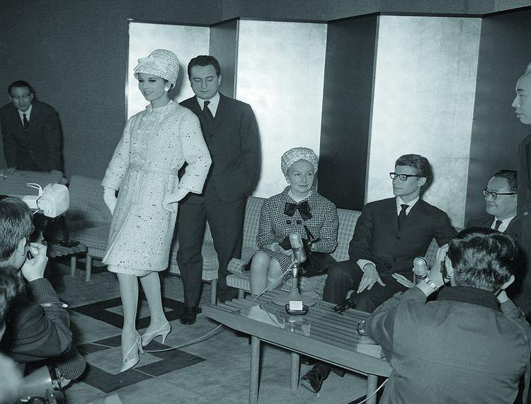 Le couturier démiurge. Yves Saint Laurent présente ses dernières créations à Tokyo en avril 1963