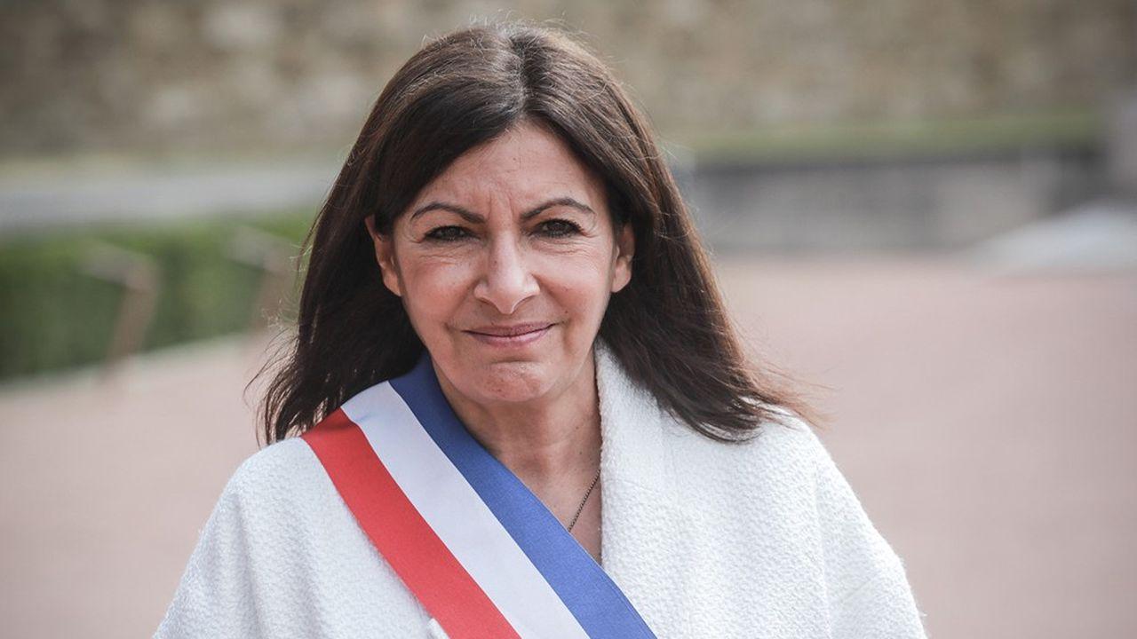 Anne Hidalgo a conservé en juin son écharpe de maire de Paris.