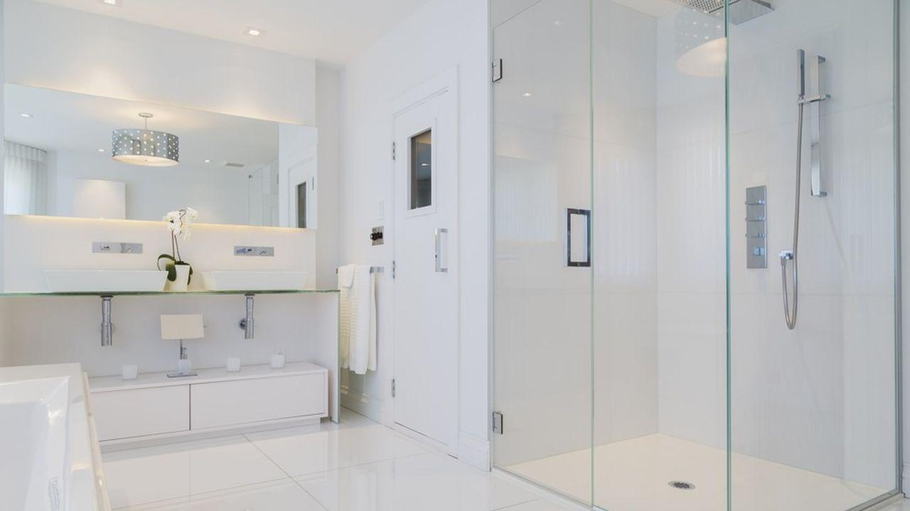 L'obligation d'une salle de bain adaptable à une douche à l'italienne s'imposera dès le 1erjanvier2021 aux appartements en rez-de-chaussée et aux maisons individuelles en lotissement ou destinées à la location.