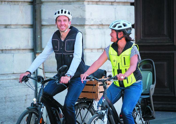 La marque Helite a conçu un gilet-airbag qui vise à protéger les cyclistes en cas de chute ou d'accident.
