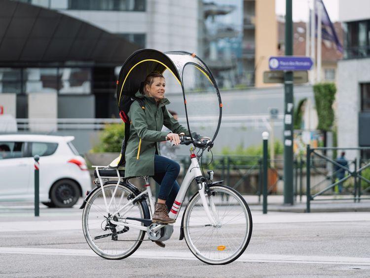 La marque Rainjoy a conçu Bub-up, une bulle de protection contre la pluie destinée aux cyclistes.