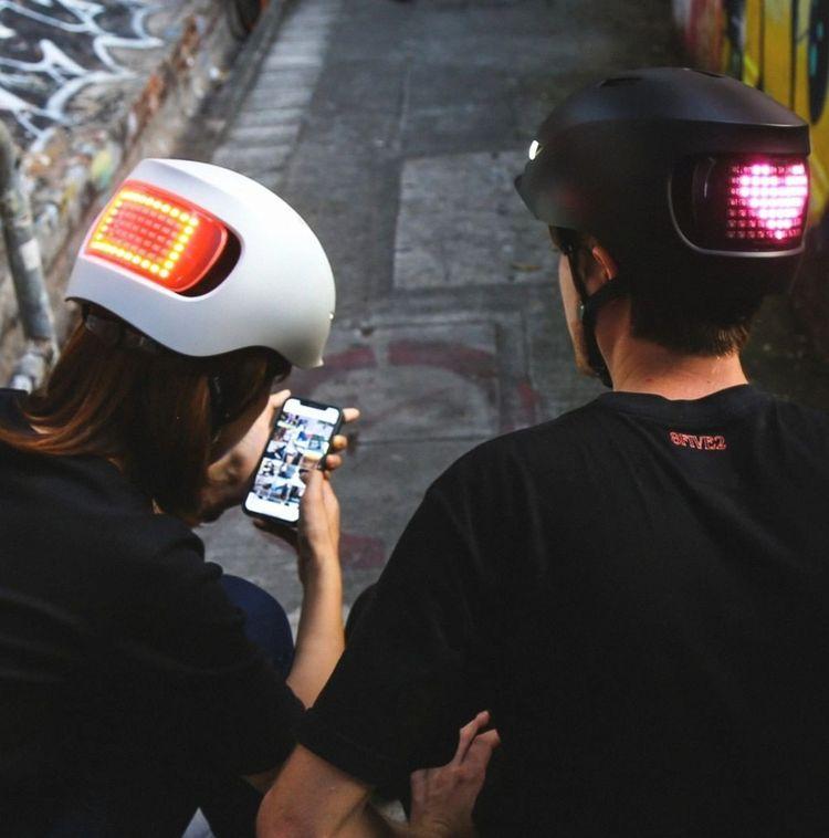 Le casque Matrix Lumos est équipé de dizaines de LEDs qui permettent d'afficher des messages ou des dessins.
