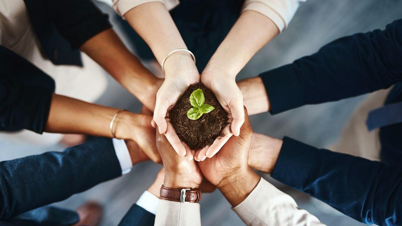 Chaque stratégie d'évaluation d'impact social et environnemental, qu'elle soit interne ou externe, comporte ses avantages et ses inconvénients.