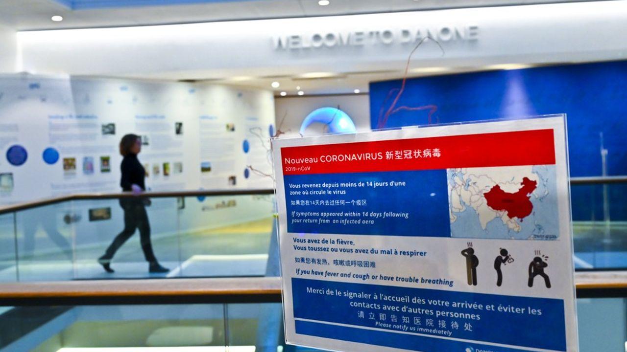 Coronavirus, panneau d'avertissement au siege social du groupe Danone