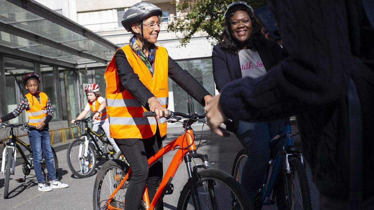 Elisabeth Borne, ministre de la Transition ecologique et solidaire, et Laetitia Avia, députée LREM de Paris, à vélo.