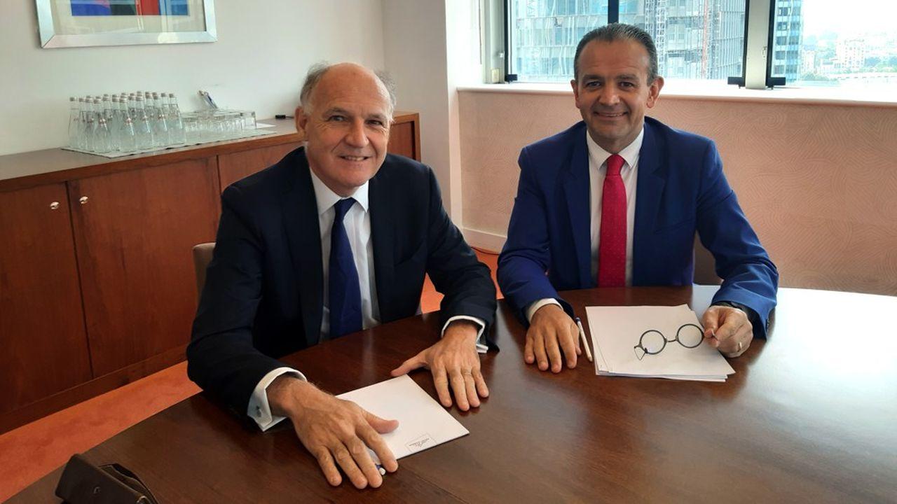 Derrière Pierre-André de Chalendar, PDG du groupe Saint-Gobain, et Vincenzo Esposito Vinzi, directeur général de l'Essec, la future tour de Saint-Gobain, en construction.