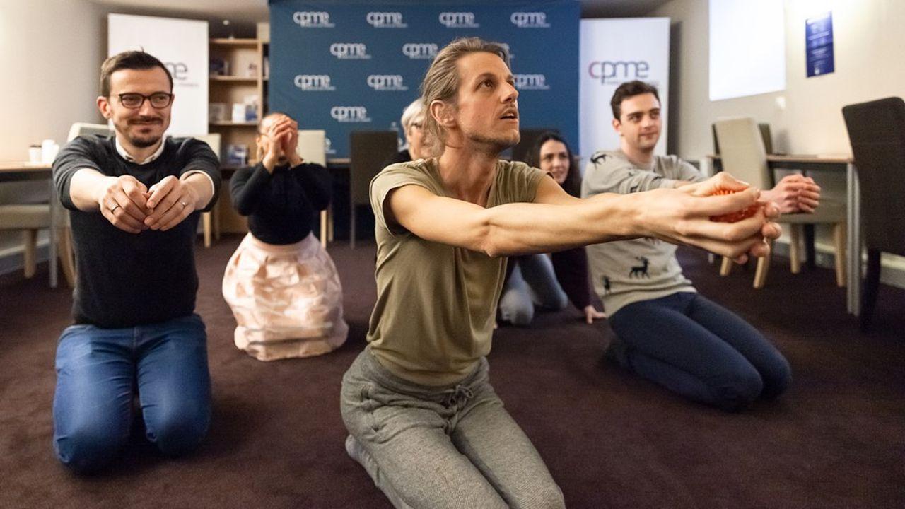 L'artiste a multiplié les idées et les actions en organisant, pêle-mêle, des ateliers de méditation et de sieste au travail, une initiation à la sophrologie, des entretiens en face-à-face, un accompagnement lors du trajet domicile-travail, etc.