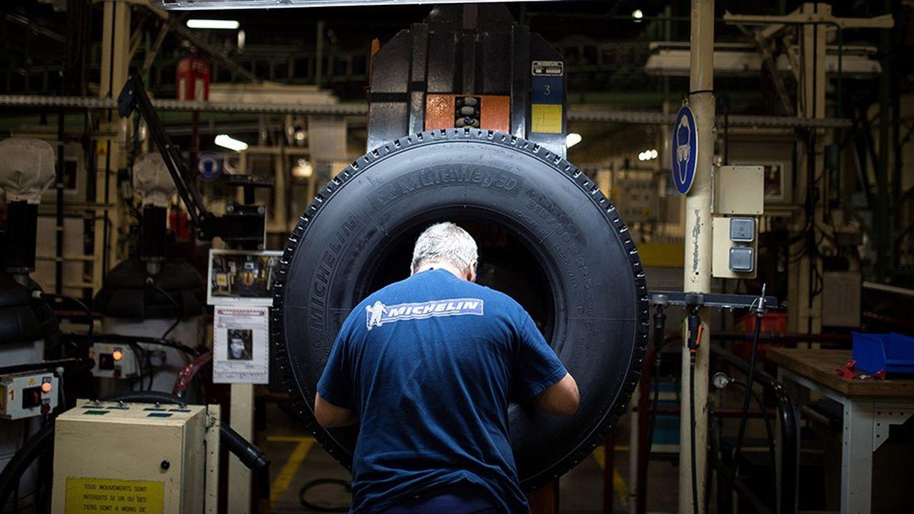 Un salarié de Michelin dans l'usine de La Roche-sur-Yon.
