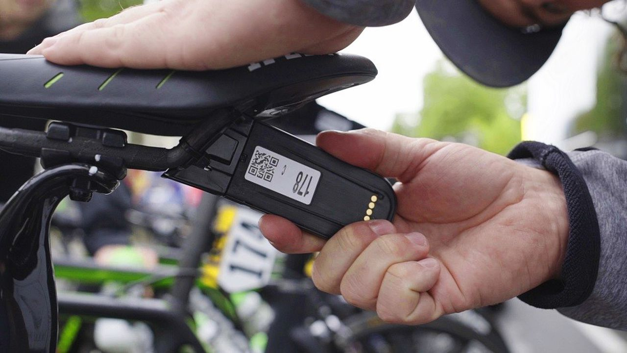 Les 176 coureurs du Tour de France ont un tracker placé sous leur selle qui émet leur position en temps réel.