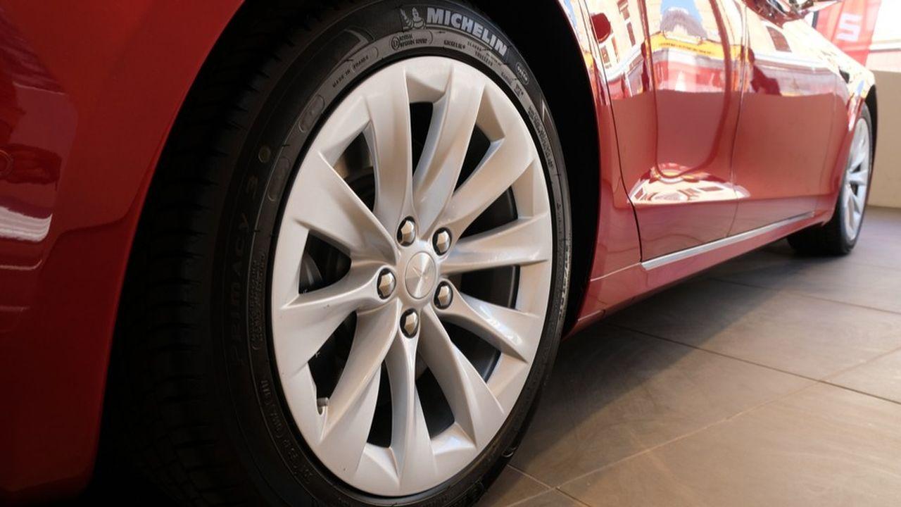 Pneus Michelin sur la voiture électrique Tesla.Michelin récolte de manière spectaculaire les fruits de ses campagnes de recrutement, et du travail accompli sur sa marque employeur.