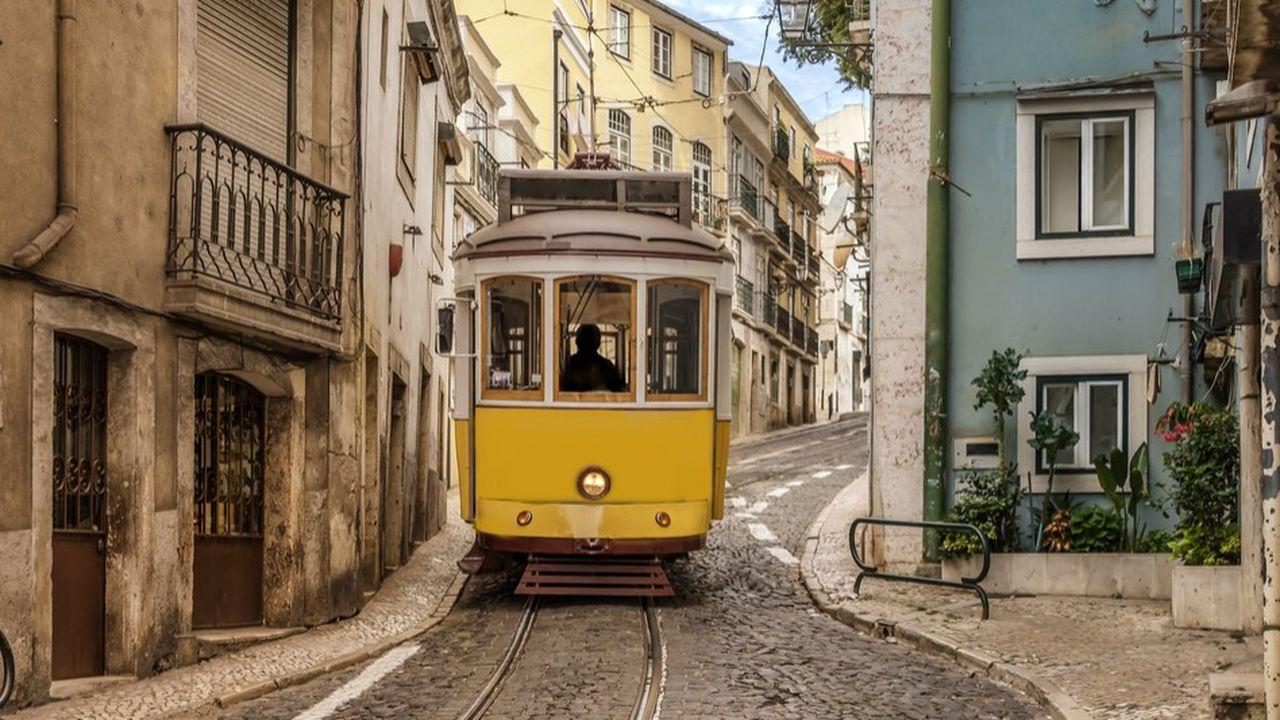 Tramway à Lisbonne. Au Portugal, l'emploi des titres est d'un usage ordinaire, tant à l'écrit qu'à l'oral.