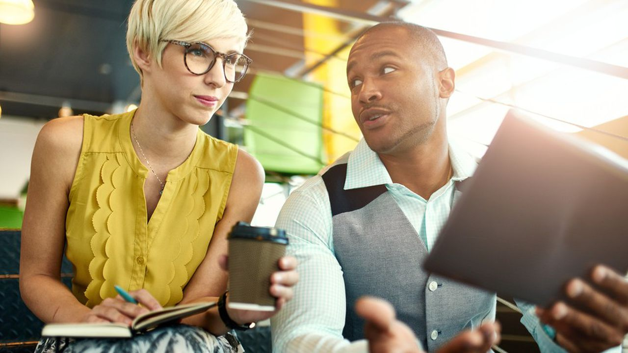 L'apprentissage informel regroupe tout ce qui est acquis hors du cadre de la formation, par exemple lors d'échanges entre collaborateurs.