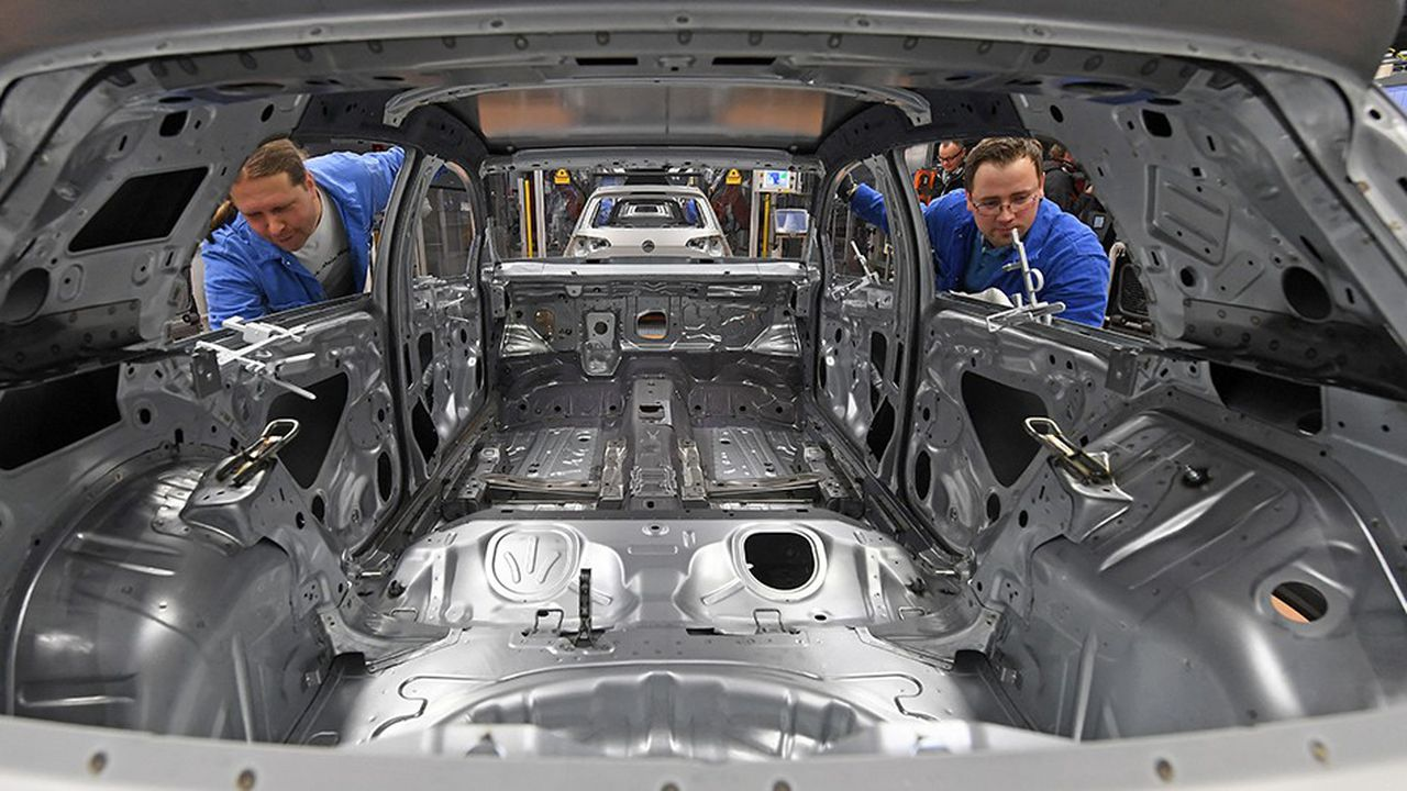 En Allemagne, l'arrogance du leader automobile, sûr de son bon droit et de sa supériorité technologique (souvenez-vous du «Das Auto», autrement dit «La voiture», aujourd'hui supprimé de sa publicité), est dénoncée.