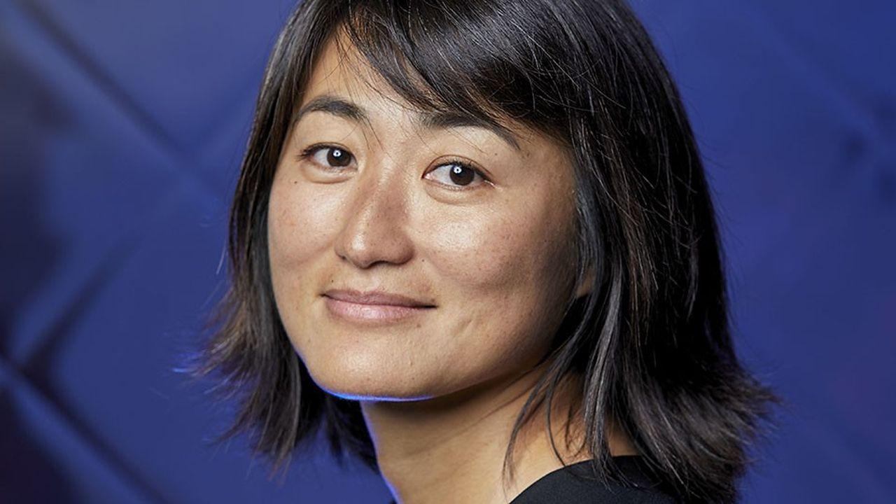 Née en Corée du Sud, adoptée dès sa naissance, Caroline Flaissier a fait ses études en France où elle a été diplômée des Mines de Nancy.