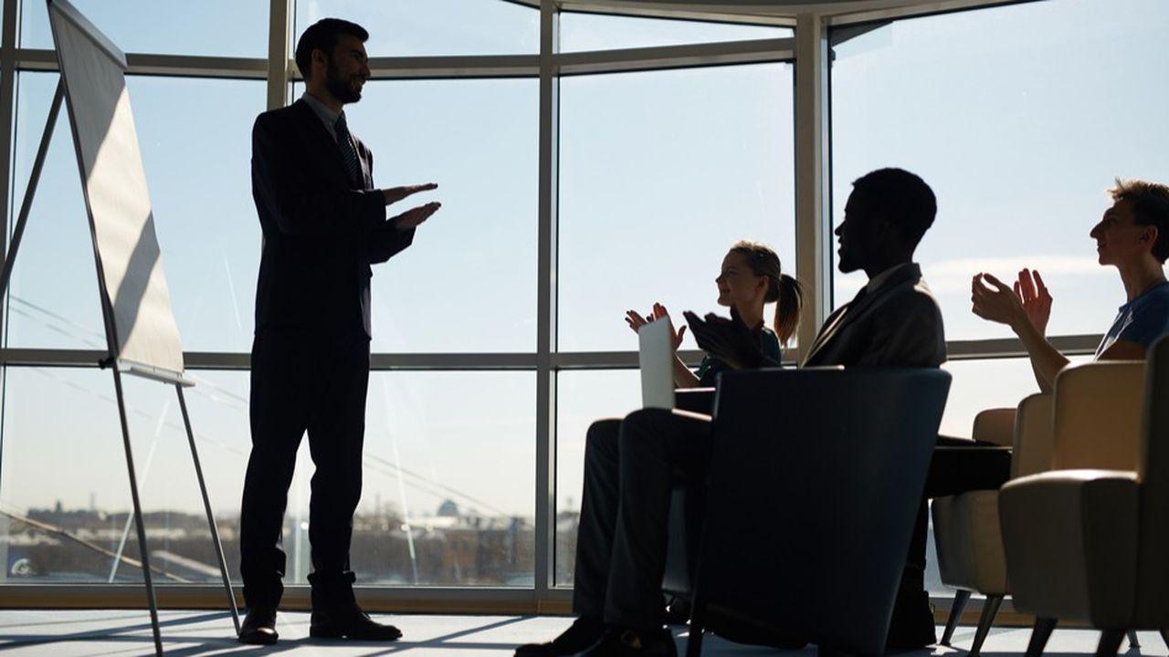 Les classiques formations en salle et en groupe avec un formateur régressent fortement parmi les pratiques de formation des entreprises.