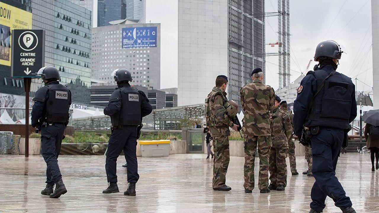 Au-delà de nouvelles mesures draconiennes, les entreprises apprennent au quotidien à se prémunir de la menace terroriste.