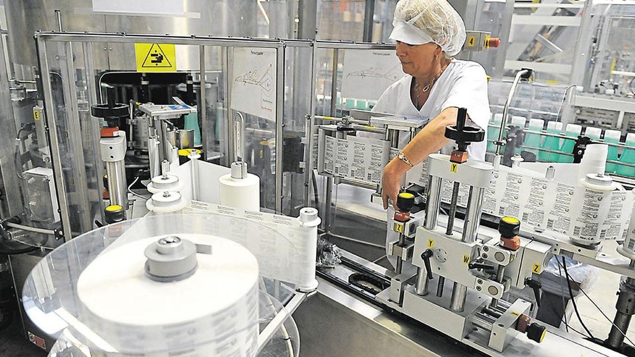 La chaine de conditionnement des shampooings Keranove au sein de l'usine de production Eugene Perma, Parchimy, près de Reims.