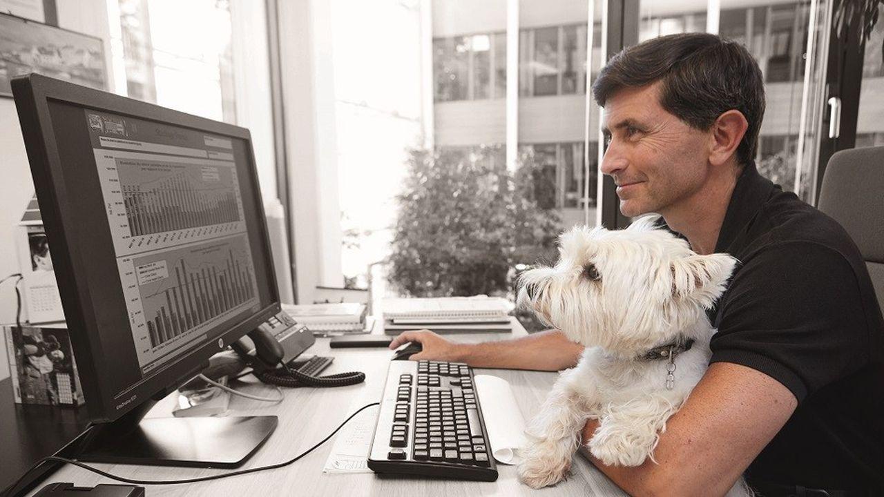 Dans le cadre de sa campagne « Pets at Work », insiste sur les bienfaits de la présence des chiens dans l'entreprise.