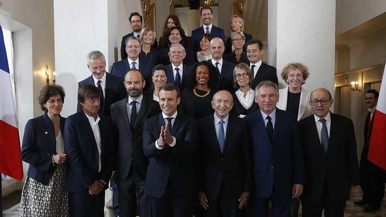 Emmanuel Macron (au centre) et le Premier ministre Edouard Philippe (3e en partant de la gauche), entourés de l'équipe gouvernementale.