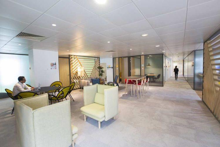 Danone a instauré une multitude d'espaces collaboratifs dits «dynamiques » qui actent la disparition du bureau personnel. A chacun de s'installer autour d'une table de salle à manger, au coin café ou dans un canapé profond pour phosphorer .