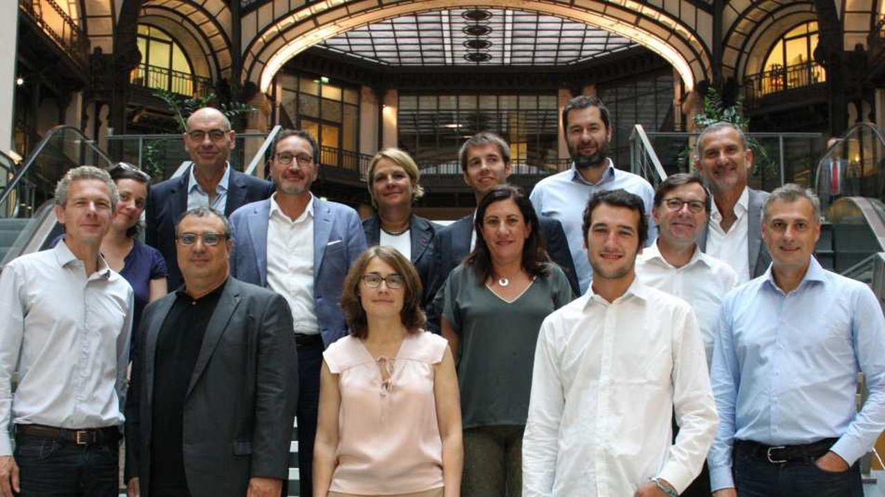 Les membres du jury des Trophées du eCAC40 2016, accompagnés de Gilles Babinet et de la rédaction des Echos Business.