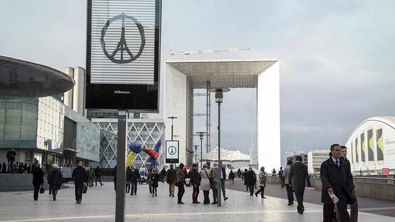 Employés travaillant dans le quartier d'affaires de la Défense venus se recueillir lors d'une minute de silence en hommage aux victimes des attentats du 13 Novembre à Paris et Saint-Denis.