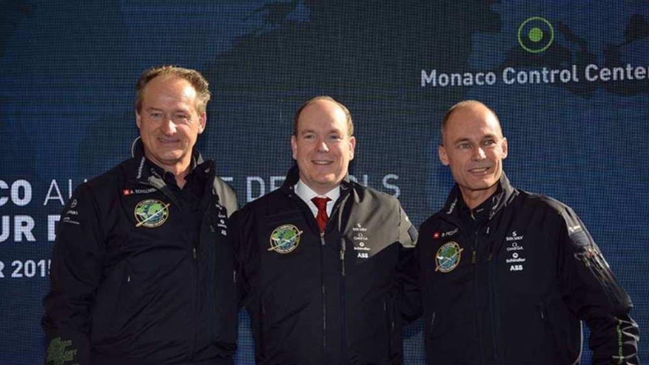 De gauche à droite, André Borschberg et Bertrand Piccard, les deux pilotes du Solar Impulse, entourent Albert II de Monaco.