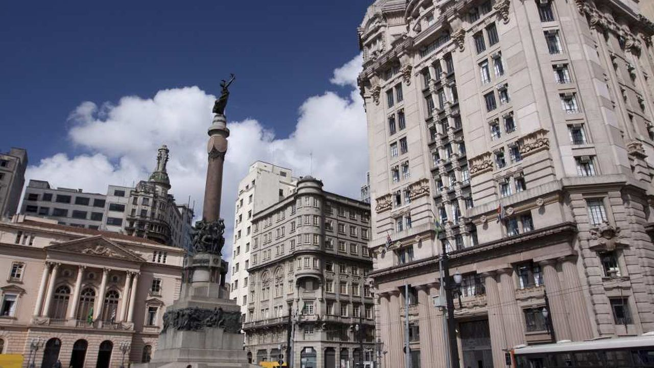 Caractéristique des Brésiliens, leur décontraction apparente : jamais ils ne courront pour attraper un bus ou arriver à l'heure fixée, par exemple (ici le centre-ville de Sao Paulo)