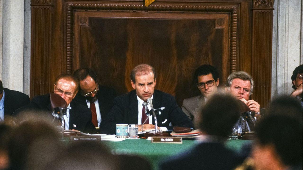 Président de la Commission des lois en 1987, le sénateur Joe Biden va parvenir, avec Ted Kennedy -à droite de la photo- à faire échouer la candidature proposée par Ronald Reagan, celle du très conservateur Robert Bork comme juge à la Cour Suprême.