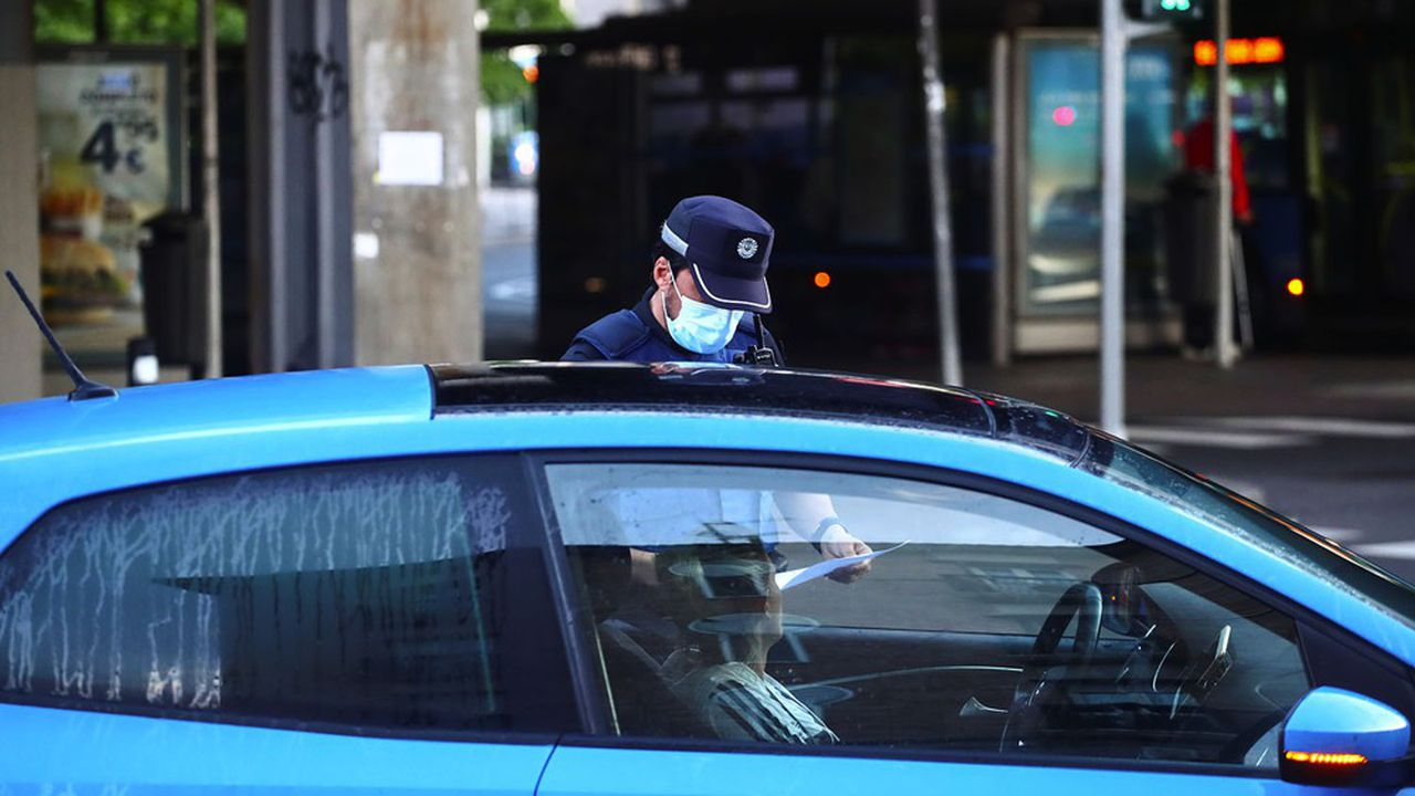 Les voitures sont contrôlées par la police pour éviter les mouvements entre les quartiers madrilènes.