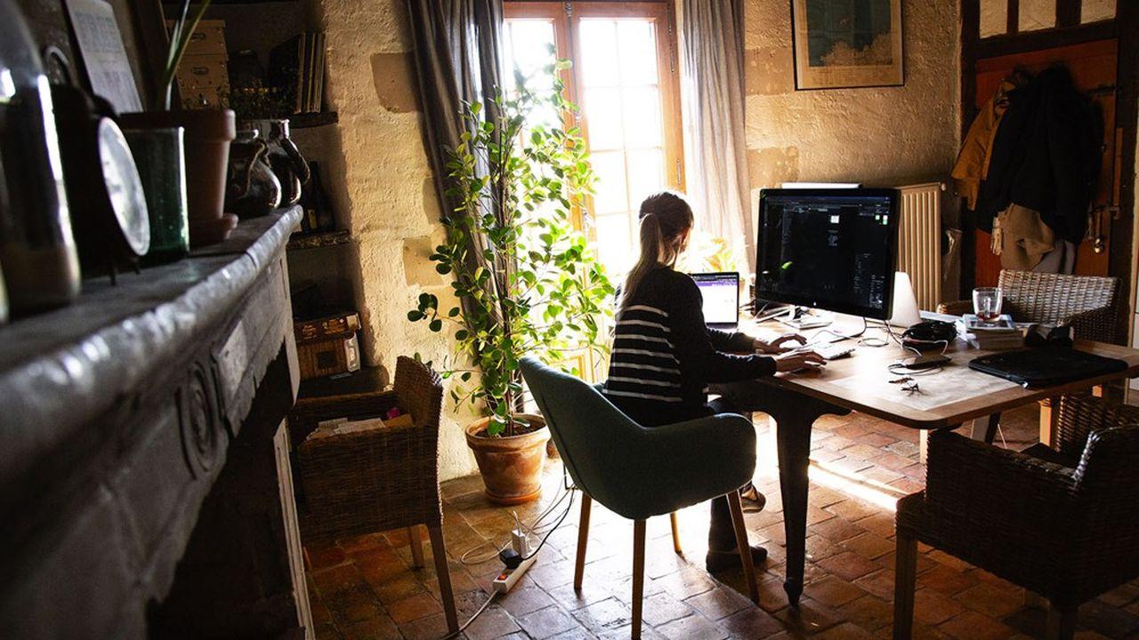 Une salariée travaillant à son domicile pendant le confinement.