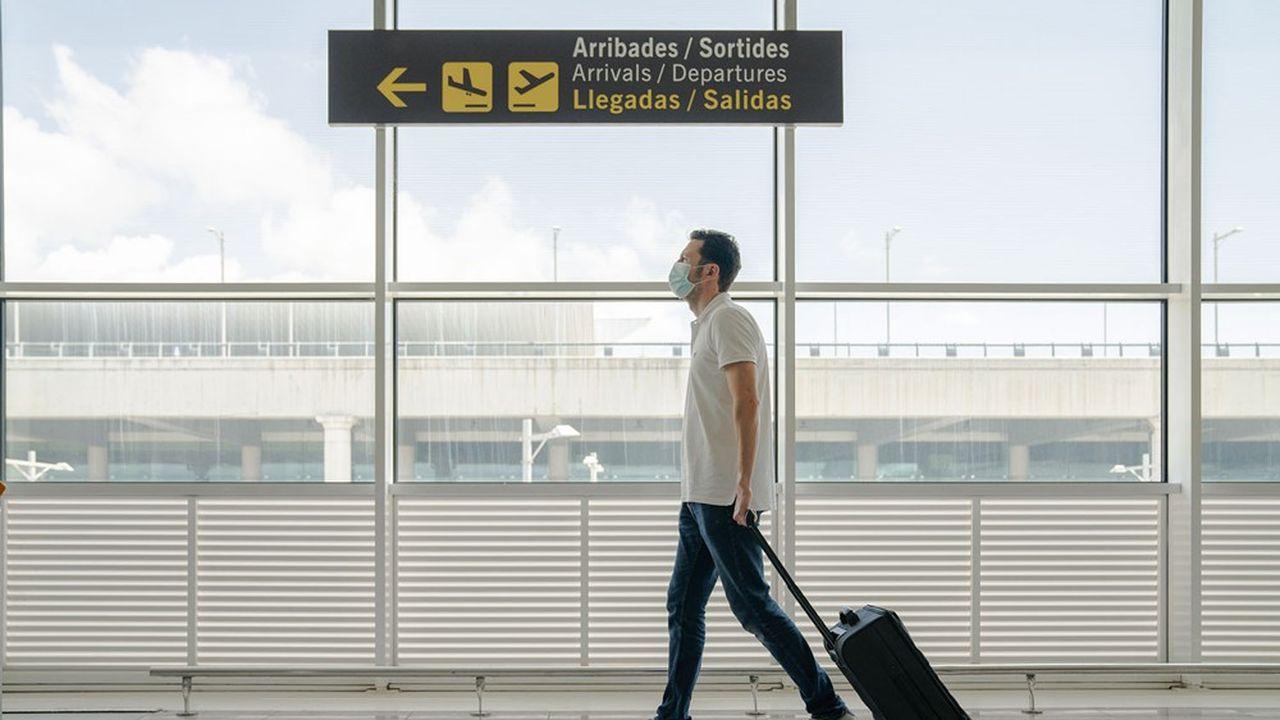 Après le port du masque, les passagers internationaux devraient fournir un test covid négatif avant de monter dans l'avion.