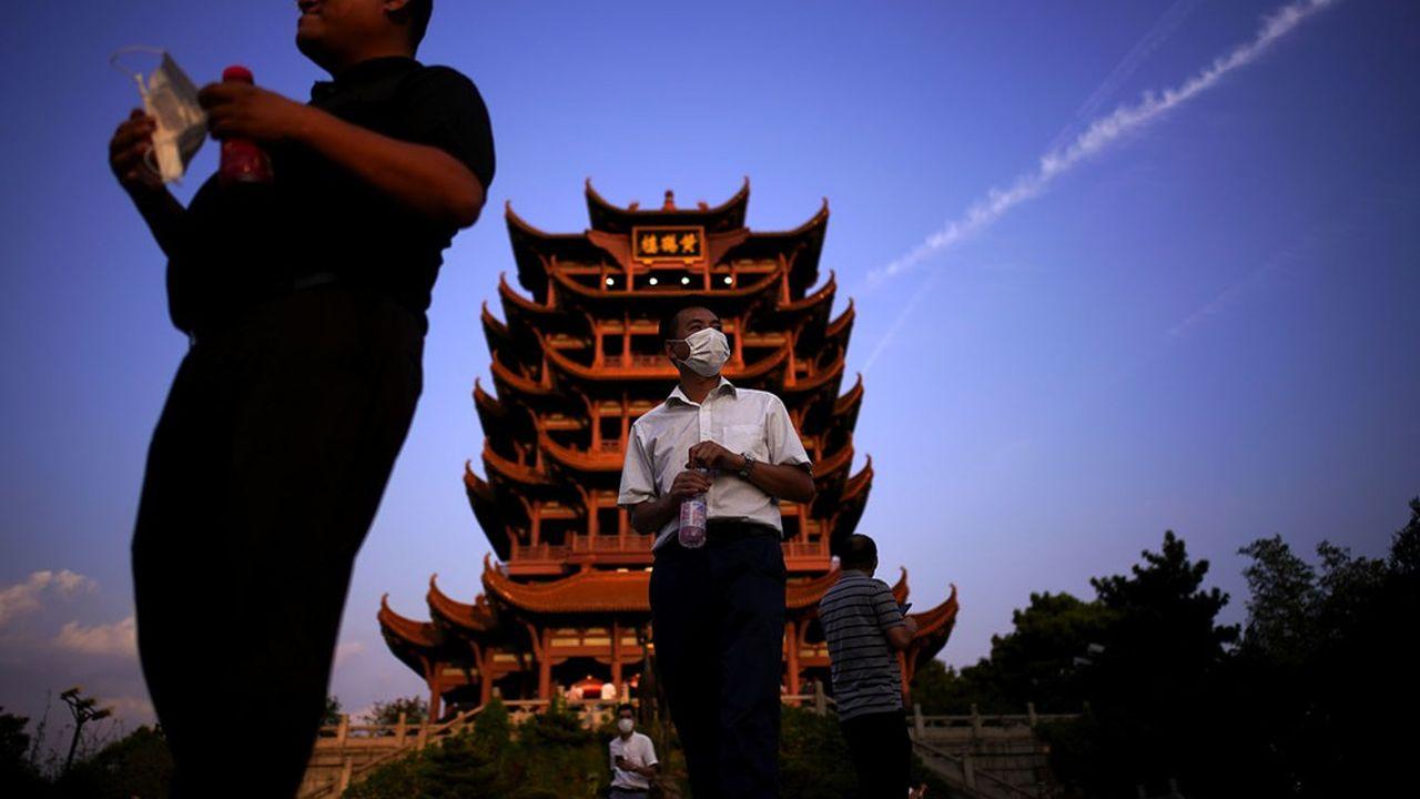 Coupée du monde pendant 76 jours entre janvier et avril, la métropole tentaculaire du Hubei reprend vie peu à peu. Ici, des touristes visitant la Yellow Crane Tower