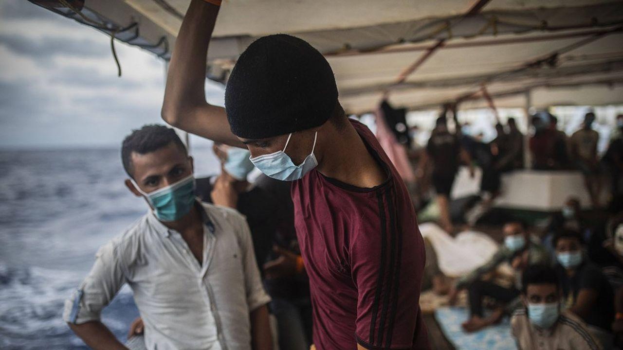 Des migrants de différentes nationalités, somaliens, égyptiens marocains et libyens patientent à bord du navire de l'ONG espagnole Open Arms le mercredi 9septembre 2020, après avoir été secourus dans les eaux internationales alors qu'ils tentaient de fuir la Libye.