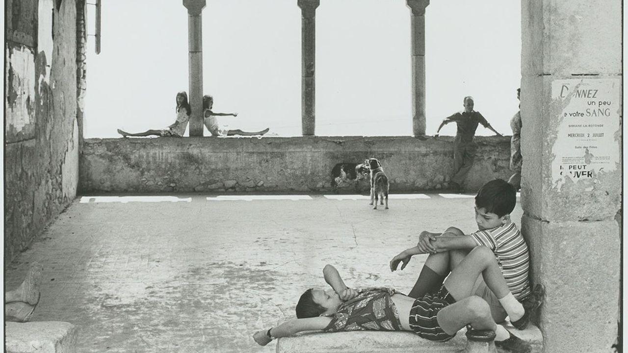 Henri Cartier-Bresson, «Simiane-la-Rotonde, France, 1969, épreuve gélatino-argentique de1973.