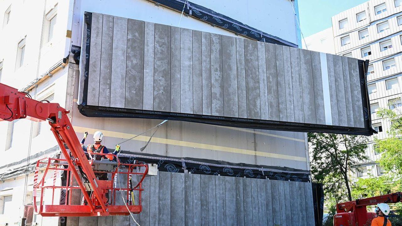 Des travaux d'isolation thermique d'un immeuble près de Lyon.
