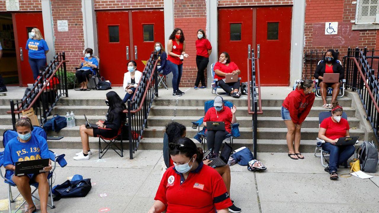 Des enseignants du quartier de Brooklyn préparent leurs cours à l'extérieur, mi-septembre, manifestant leur inquiétude sur les conditions de réouverture des écoles.